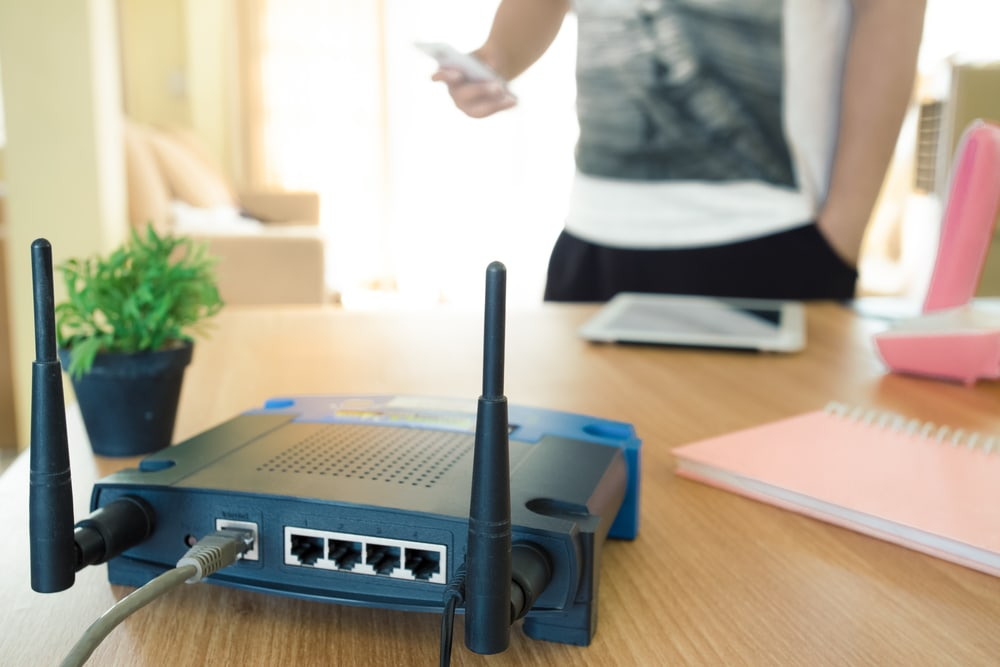Ein Router steht auf einem Tisch