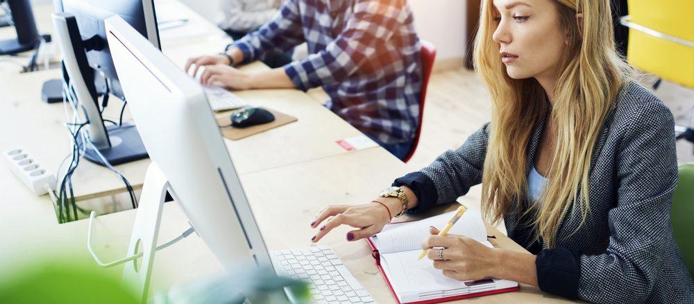 Eine Verwaltungsfachangestellte sitzt am Arbeitsplatz