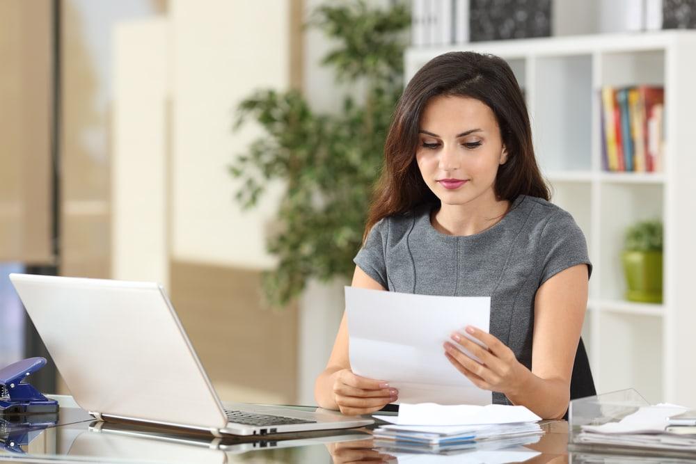 Eine Steuerfachangestellte sitzt am Arbeitsplatz