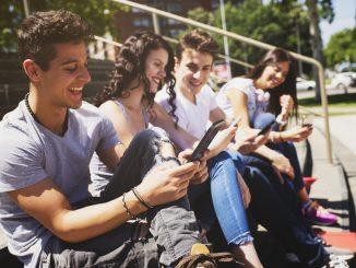 Junge Leute mit Handys in den Händen