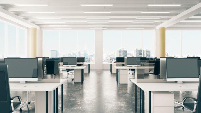 Büro mit Beleuchtung und großen Fenstern