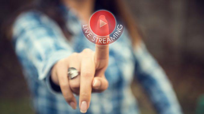 Junges Mädchen drückt Live-Stream-Button