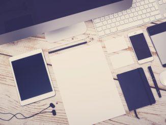 Desktop, Table und Smartphone auf einem Tisch