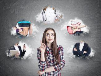 Junges Mädchen macht sich Gedanken über die Berufswahl