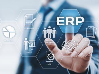 Business Mann zeigt auf ERP-Symbol