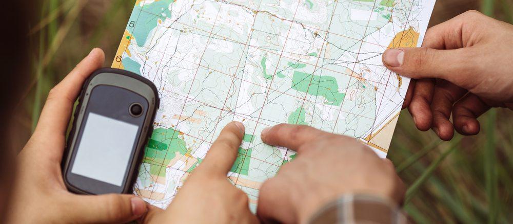Geocaching mit Landkarte und GPS-Gerät
