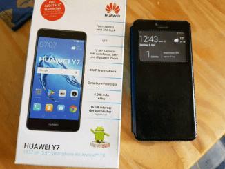 Huawei Y7 Smartphone inklusive original Verpackung liegt auf dem Tisch