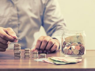 Münzen und Geldscheine auf einem Tisch