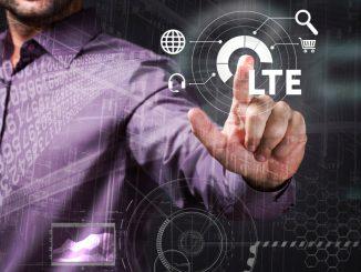 Ein Mann zeigt auf ein LTE-Symbol