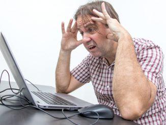 Ein Mann sitzt hilflos vor dem PC
