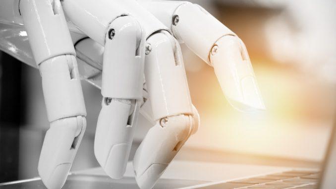 Eine Roboterhand bedient ein Notebook