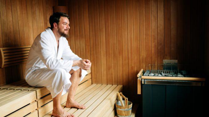 Ein Mann sitzt in einer Sauna