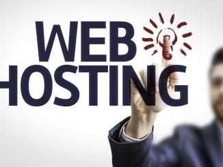 Ein junger Mann zeigt auf einen Web Hosting Schriftzug