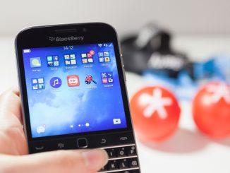 Jemand hält ein Blackberry Classic in der Hand