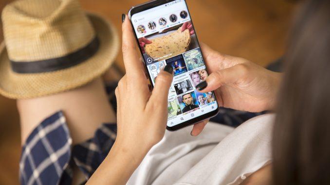 Eine Person hält ein Samsung Galaxy S8 in den Händen