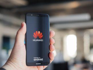 Jemand hält ein Huawei P Smart in der Hand