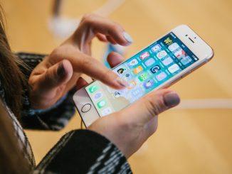 Jemand hält ein iPhone 8 in der Hand