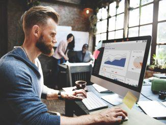 Ein Online-Marketing-Berater sitzt an seinem Arbeitsplatz.