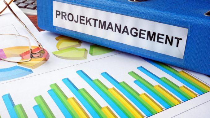 Blauer Projektmanagement-Ordner auf dem Tisch