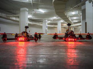 Zwei Drohnen stehen sich gegenüber