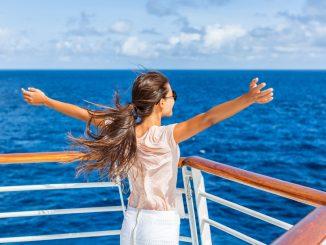 Eine Frau steht auf einem Schiff