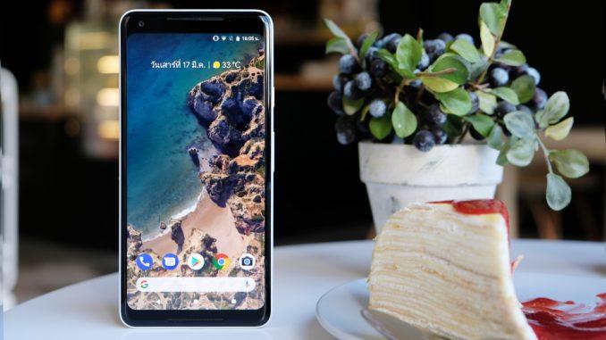 Ein Google Pixel 2 Smartphone steht auf dem Tisch