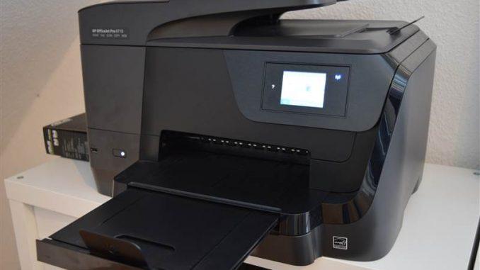HP OfficeJet Pro 8710 steht auf einem Regal