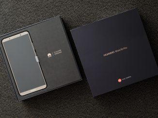 Ein Huawei Mate 10 Pro liegt in der Originalverpackung auf dem Tisch
