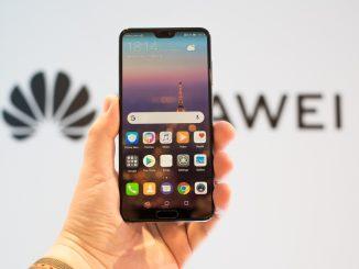 Jemand hält ein Huawei P20 Smartphone in der Hand