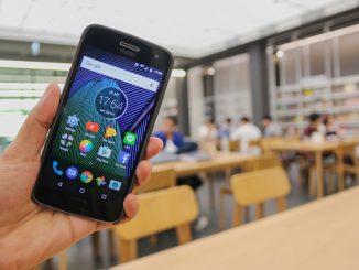 Jemand hält ein Motorola G6 plus in der Hand