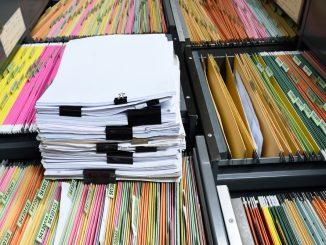 Archiv mit zahlreichen Akten in verschiedenen Farben