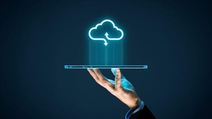 Ein Cloud-Symbol über einem Notebook