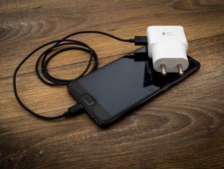 Smartphone mit einem Ladegerät