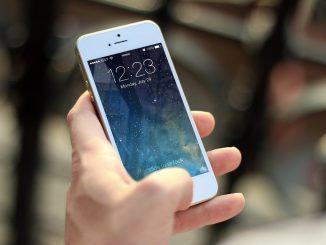 Jemand hält ein Smartphone in seiner Hand