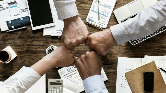 Vier Fäuse von Geschäftsleuten zeigen aufeinander
