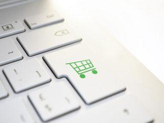 Ein Einkaufssymbol auf einer weißen Tastatur