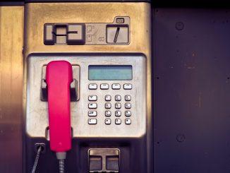 Ein altes Bedienfeld einer Telekom-Telefonzelle