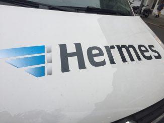 Hermes Schriftzug auf einer weißen Motorhaube