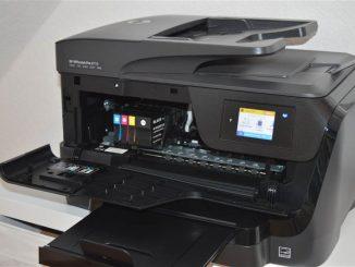 Ein schwarzer HP Drucker mit Scanfunktion und Druckerpatronen