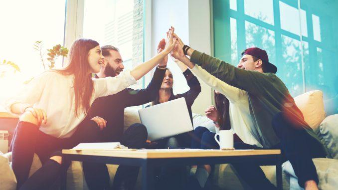 Viele junge Menschen geben sich die Hände