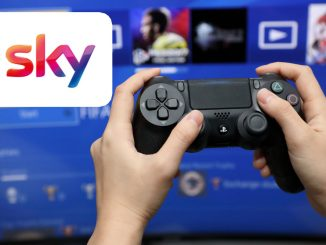 Jemand hat einen schwarzen Playstation 4 Controller in der Hand. Im Hintergrund ist das Sky-Logo abgebildet.