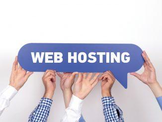 Web Hosting steht in einer Sprechblase nach der viele Hände greifen