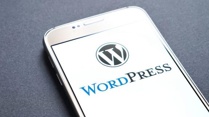 Wordpress Schriftzug auf dem Display eines Smartphones