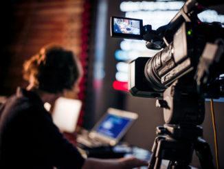 Eine Kamera nimmt eine Szene im Rahmen eines Videodrehs auf.