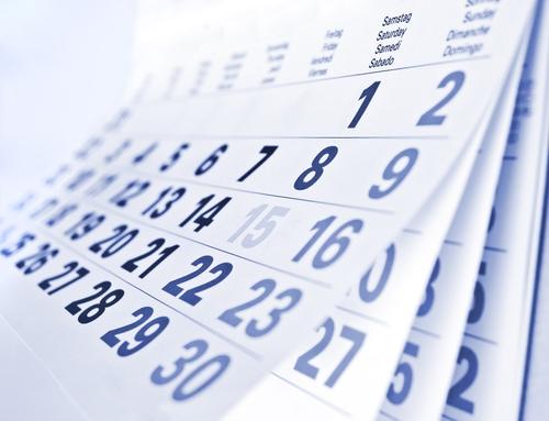 Ein weißer Wandkalender mit blauen Zahlen
