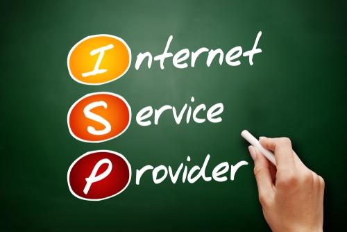 """Auf einer Tafel steht in bunter Schrift """"Internet Service Provider"""". Auf deutsch: Internetdienstanbieter"""