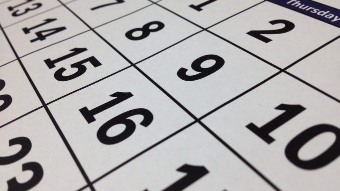 Kalender in Blau, Schwarz und Weiß.