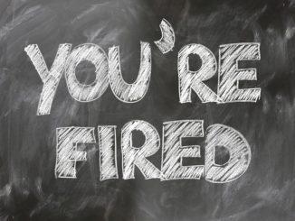 """""""You are Fired"""" steht in weißer Schrift auf einer Schieferntafel"""