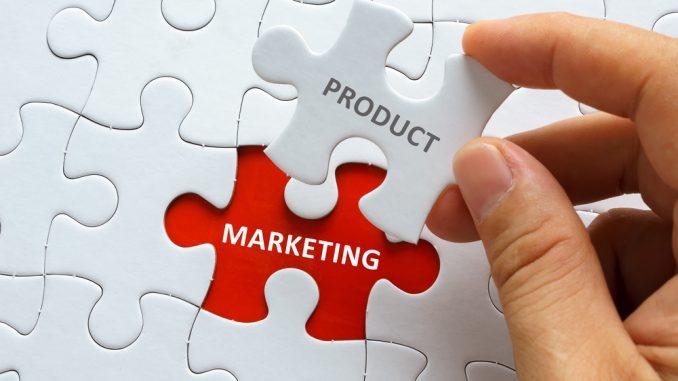 Ein weißes Puzzle mit der Aufschrift Marketing und Product
