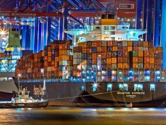 Ein Containerschiff in Hamburg transportiert Waren & Güter in alle Welt